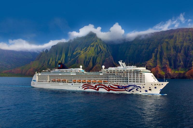 Die Pride of America der Reederei Norwegian Cruise Line vor der Na Pali-Küste auf Hawaii